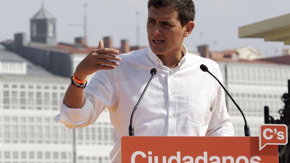 Foto: El presidente de Ciudadanos, Albert Rivera, durante su intervención en un acto de precampaña este domingo en A Coruña. (Efe)