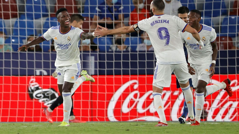 Vinicius celebra un gol con Benzema en el partido contra el Levante. (Efe)
