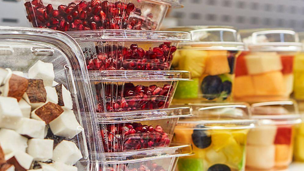 Foto: 'Packs' de fruta cortada para llevar en un mercado de Barcelona. (iStock)