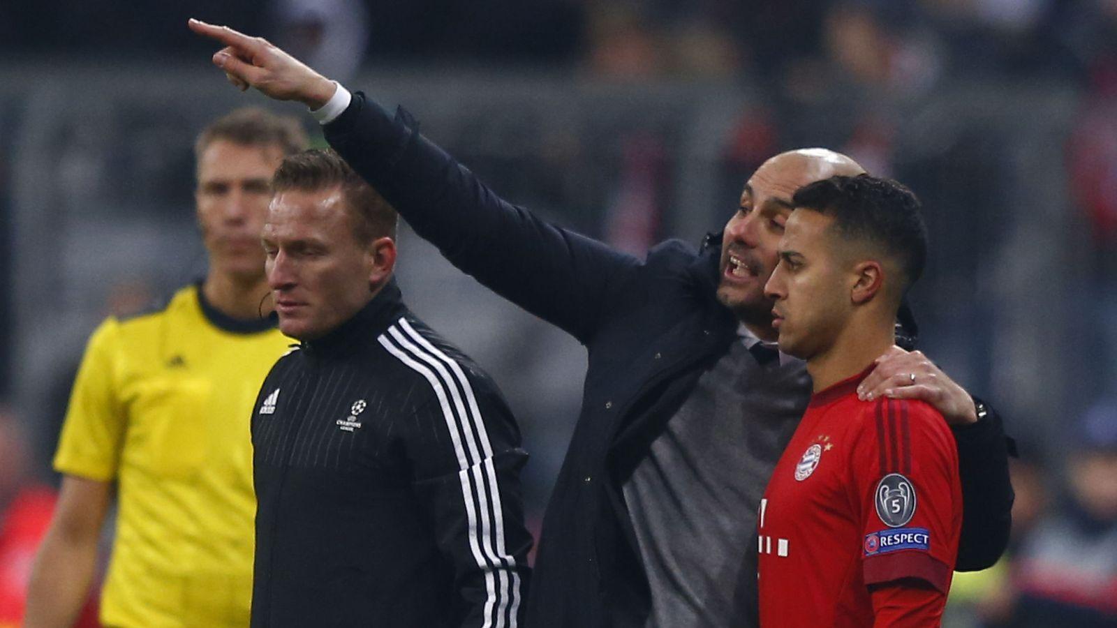 Foto: Guardiola da indicaciones a Thiago en el Bayern (Reuters)