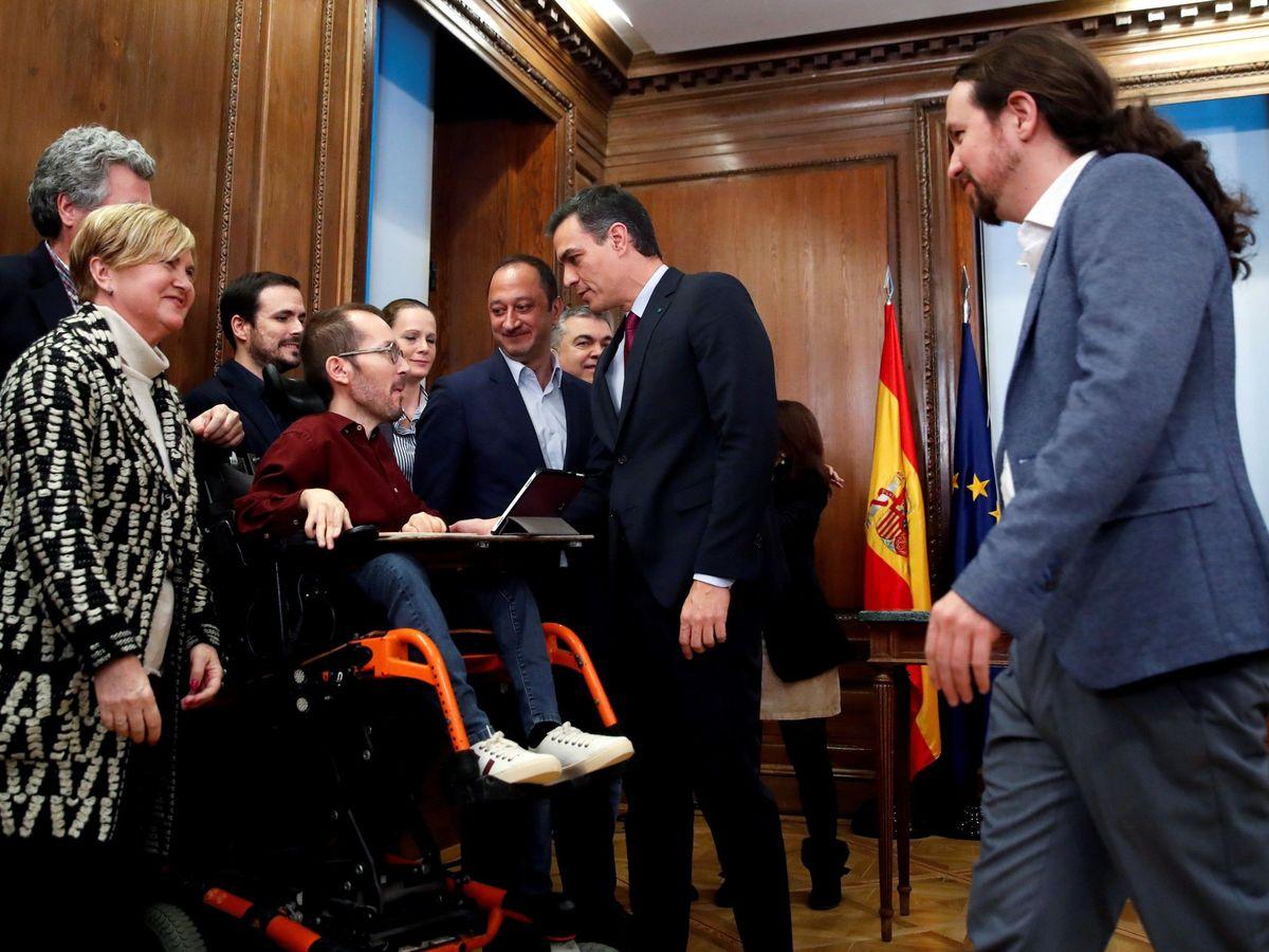 Foto: Pedro Sánchez y Pablo Iglesias, junto con distintos dirigentes de PSOE y UP, este 30 de diciembre en el Congreso. (EFE)