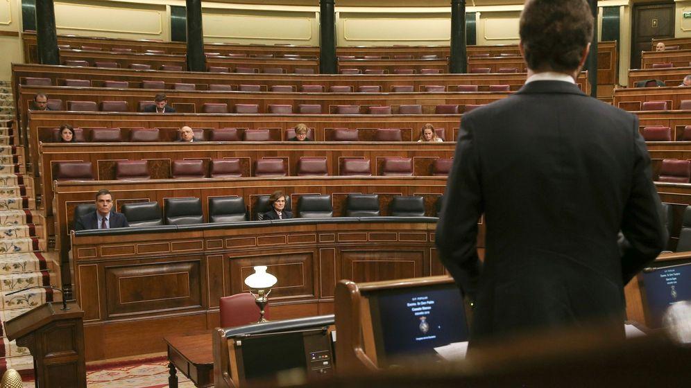 Foto: Pablo Casado se dirige a Pedro Sánchez en un hemiciclo vacío, durante el pleno del miércoles. (EFE)