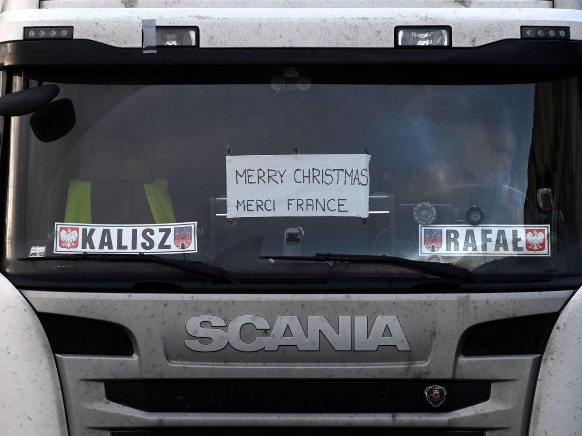 Foto: Un camionero conduce con un cartel de felicitación navideña y de agradecimiento a Francia. (EFE)
