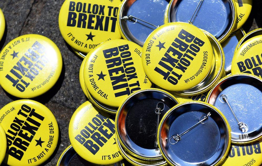 Foto: Varias chapas con mensajes contra el Brexit abandonadas tras una protesta en Londres, el 3 de julio de 2018. (Reuters)