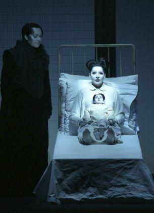 La ópera 'The life and death of Marina Abramovic', una creación de Marina Abramovic y William Basinski. (Efe / Javier del Real)