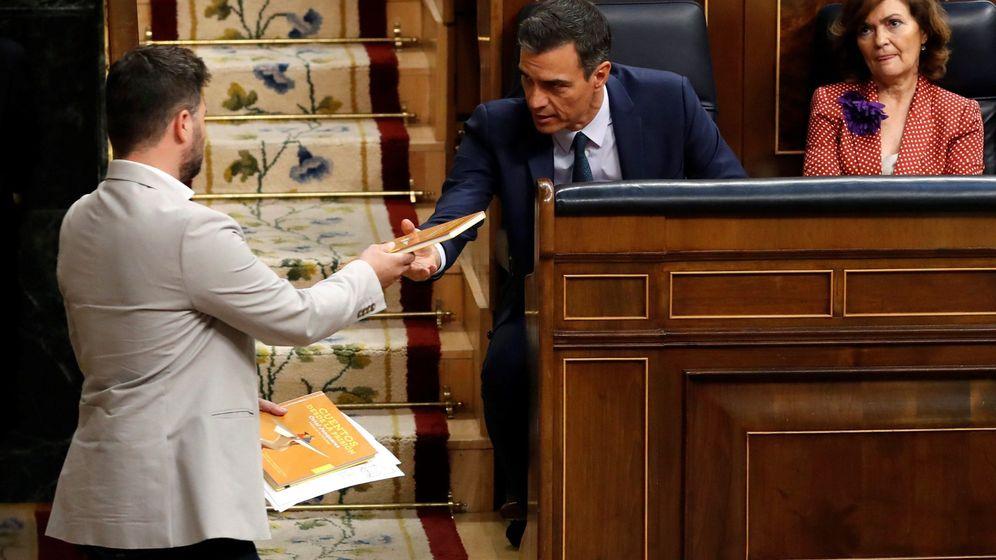 Foto: El candidato socialista, Pedro Sánchez, y la vicepresidenta del Gobierno, Carmen Calvo, junto al portavoz de ERC, Gabriel Rufián, en la segunda votación de su investidura. (EFE)