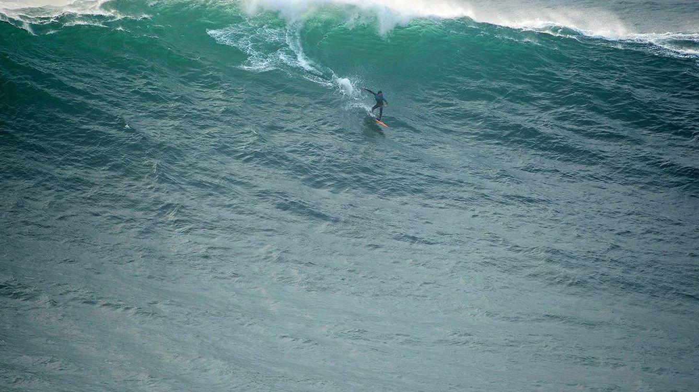 El mal trago de Axi Muniain tras surfear el monstruo jamás visto en Nazaré