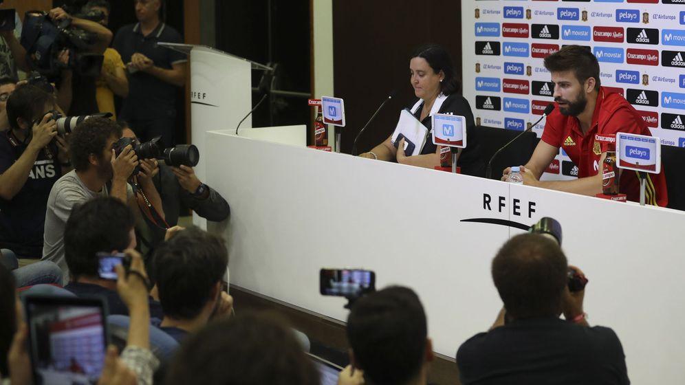 Foto: Piqué, en la rueda de prensa. (EFE)
