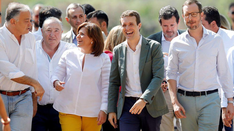 Foto: Pablo Casado en Pobla de Farnals (Valencia), con Isabel Bonig, Javier Maroto o Esteban González Pons. (EFE)