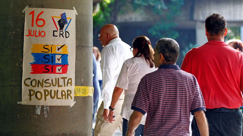 Cola de participantes en la consulta contra la Constituyente en Venezuela. (Reuters)