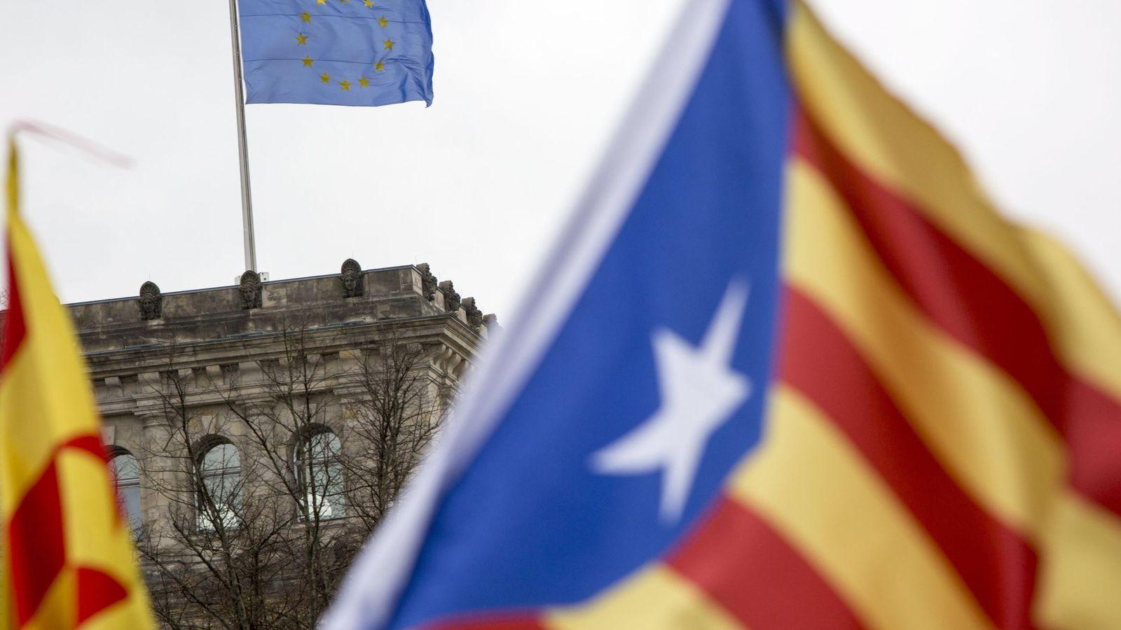 Foto: Una bandera de la UE ondea en el Reichstag en un mar de esteladas de una manifestación por la independencia catalana en Berlín. (EFE)