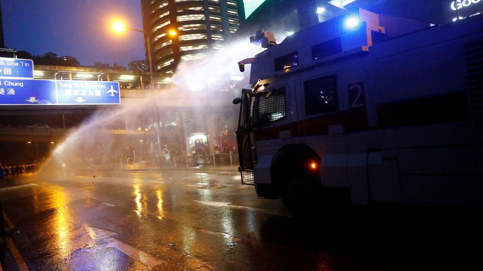 Foto: Un cañón de agua de la policía hongkonesa disuade a los manifestantes. (Reuters)