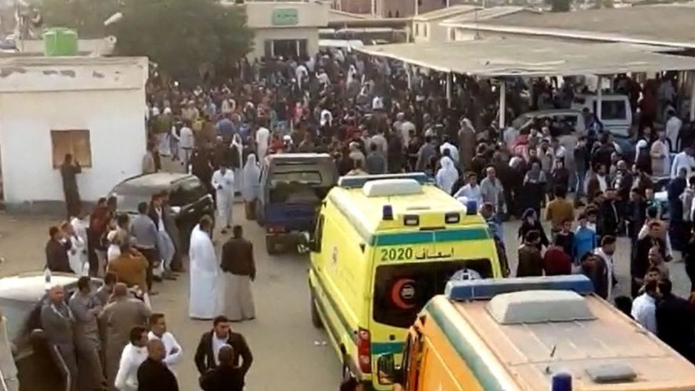 Foto: Imagen de las ambulancias llegando al lugar del atentado, en la mezquita de Al Rawdah. (EFE)