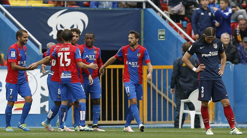 Foto: Los jugadores del Levante celebran su victoria ante el Atlético. (EFE)