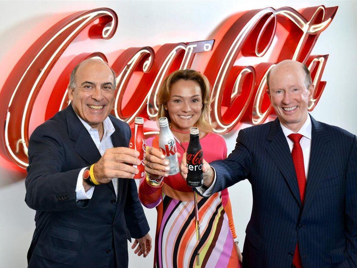 Foto: Sol Daurella, en el centro, junto a dos grandes directivos de Coca-Cola internacional. (Cortesía)
