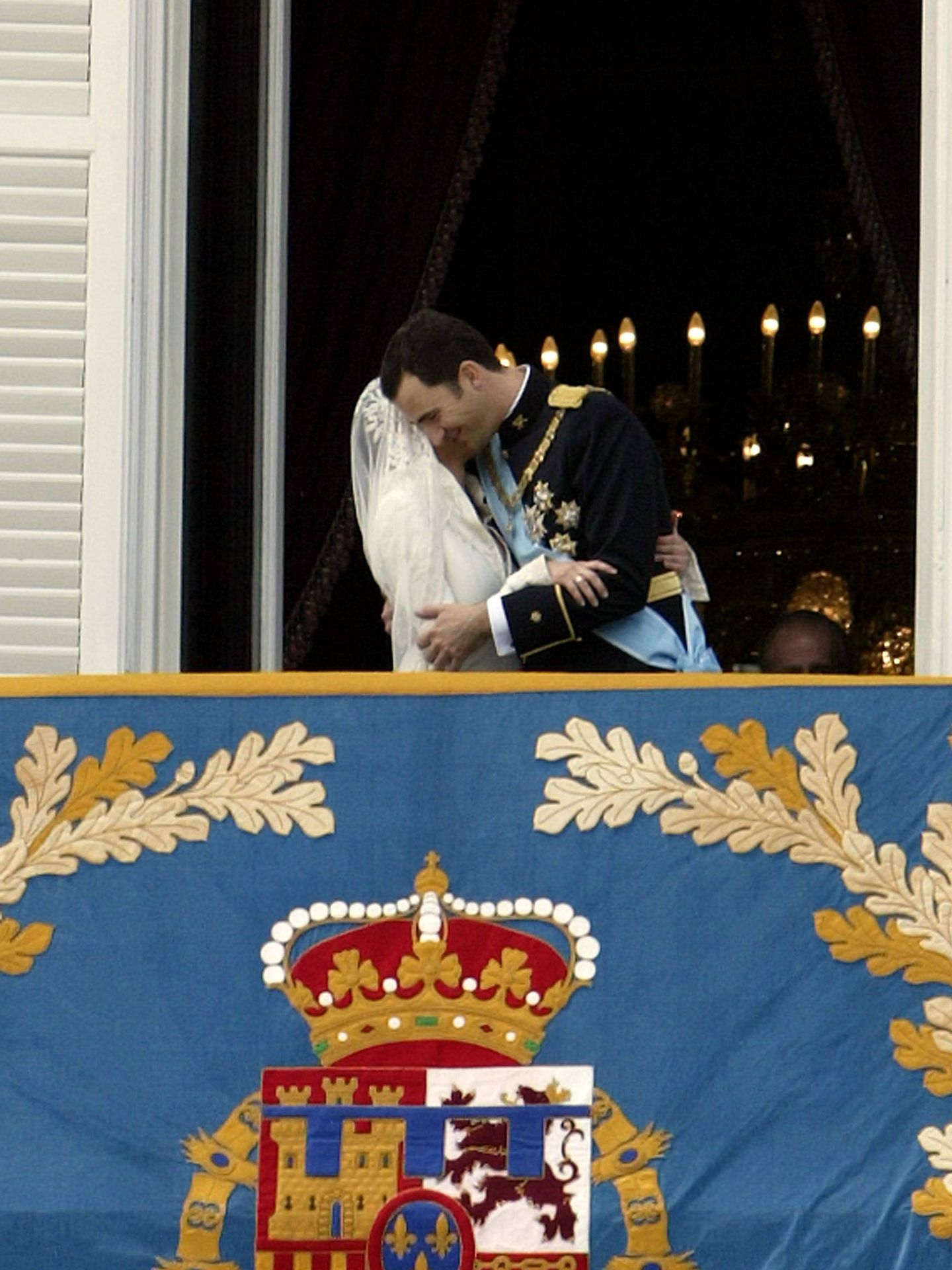 El casto beso con el que Letizia y Felipe celebraban su boda. (Getty)