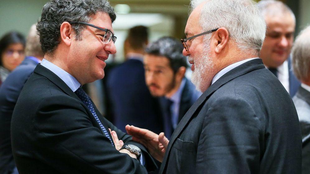 Foto: El ministro de Energía, Álvaro Nadal, con el comisario europeo para la Acción Climática y Energía, Miguel Arias Cañete. EFE