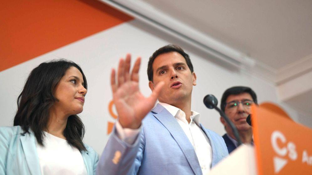 Foto:  El líder de Ciudadanos, Albert Rivera, acompañado de la portavoz nacional de Cs, Inés Arrimadas (i) y del candidato por Sevilla, Juan Marín. (EFE)