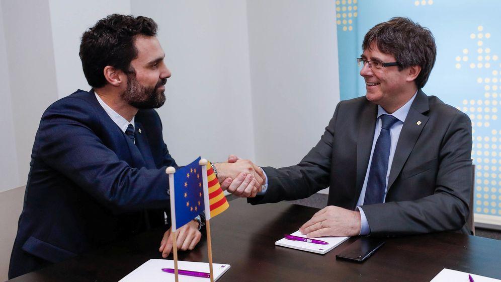 Foto: Roger Torrent, en una reunión en Bruselas con Carles Puigdemont este miércoles. (EFE)