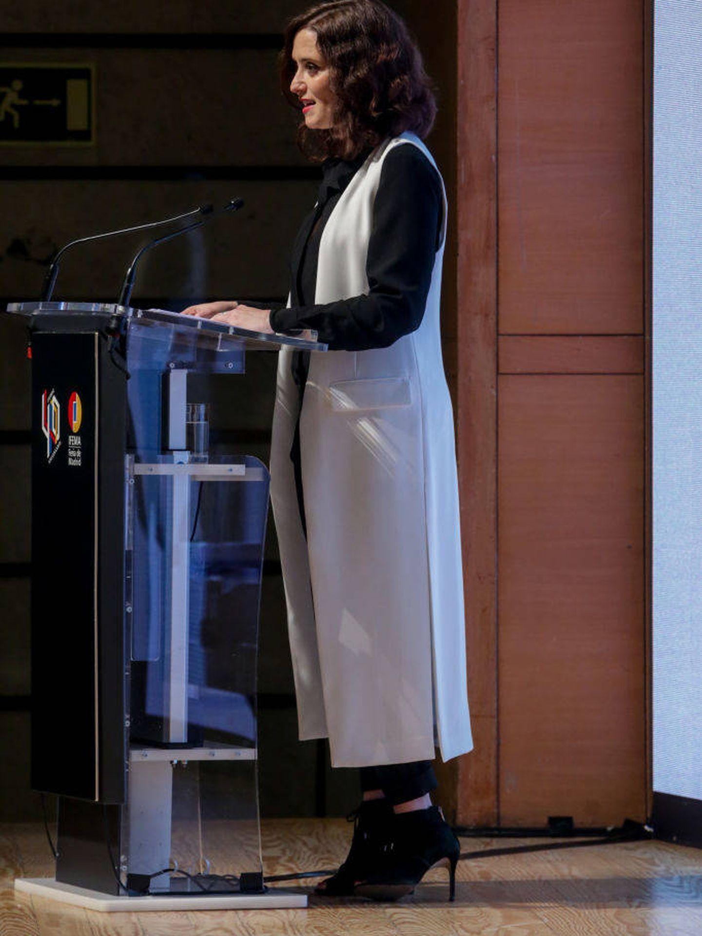 Un look de Isabel Díaz Ayuso con chaleco XL. (Getty)