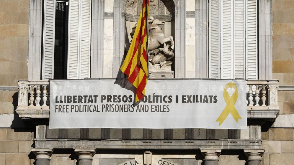 Foto: Vista del cartel reclamando la libertad de los líderes independentistas presos y un lazo amarillo en la fachada del Palau de la Generalitat, este martes. (EFE)