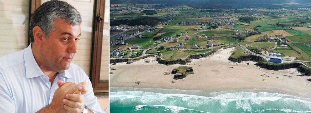 Foto: Alfonso Fuente Parga (i) y vista aérea de la costa de Barreiros (Lugo) y su urbanismo disperso. (Fotos: Xunta de Galicia)