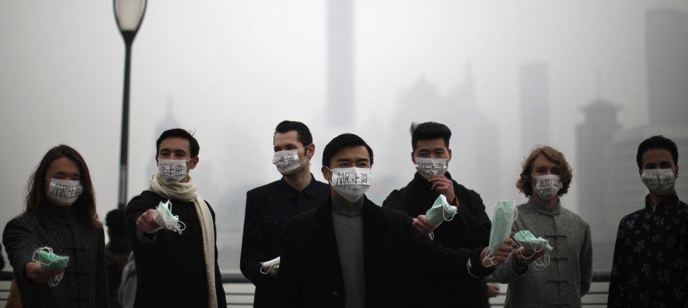 Foto: Un grupo de personas distribuye máscaras a los transeúntes en el centro de Shangái (Reuters).