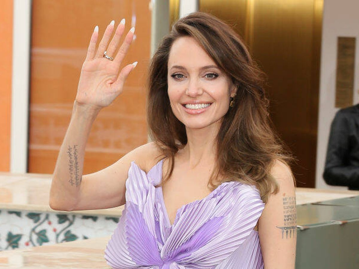 Foto: Angelina Jolie luce varios tatuajes en sus antebrazos. (Getty)