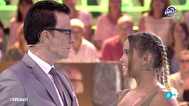 Gloria Camila junto a su padre tras ser expulsada de 'SV'. (Mediaset España)