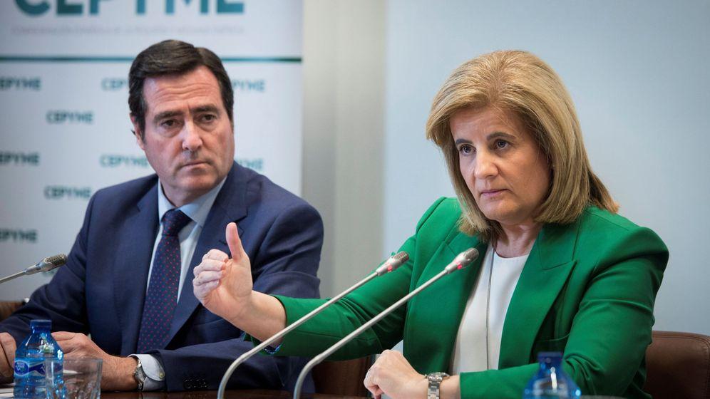 Foto: La entonces ministra de Empleo, Fátima Báñez (d), junto al presidente de la CEOE, Antonio Garamendi, en 2018. (EFE)