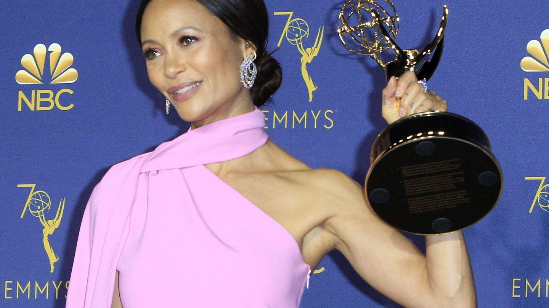 La actriz británica Thandie Newton sostiene el Emmy a Mejor Actriz de Reparto de Serie Dramática. (EFE)