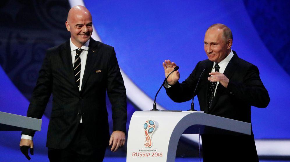 Foto: Infantino y Putin, en el sorteo. (Reuters)
