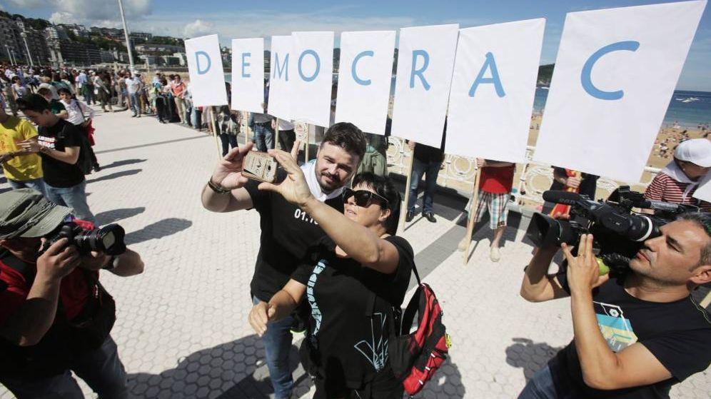 Foto: Rufián se hace un selfi con una fan antes de participar en la cadena humana soberanista en San Sebastián. (EFE)
