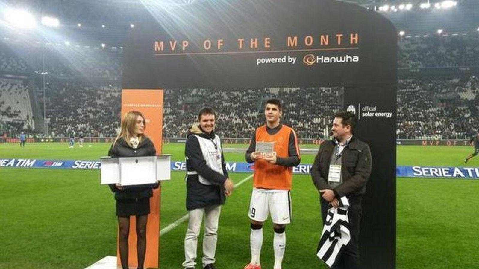 Foto: Álvaro Morata recibe el MVP de febrero antes del partido de la Juventus.