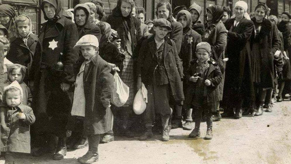 Foto: Imagen de familias llegando a Auschwitz-Birkenau