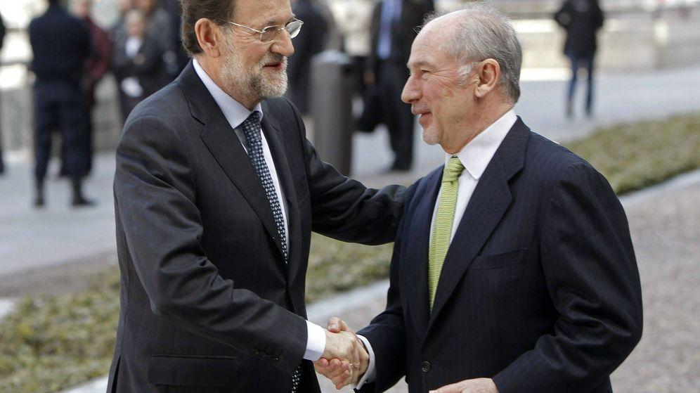 Foto: El presidente del Gobierno, Mariano Rajoy, saludando el marzo de 2012 al por aquel entonces presidente de Bankia, Rodrigo Rato. (Efe)