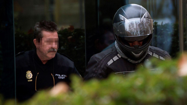 Sergio Ríos abandonó la Audiencia Nacional con casco tras su declaración. (EFE)