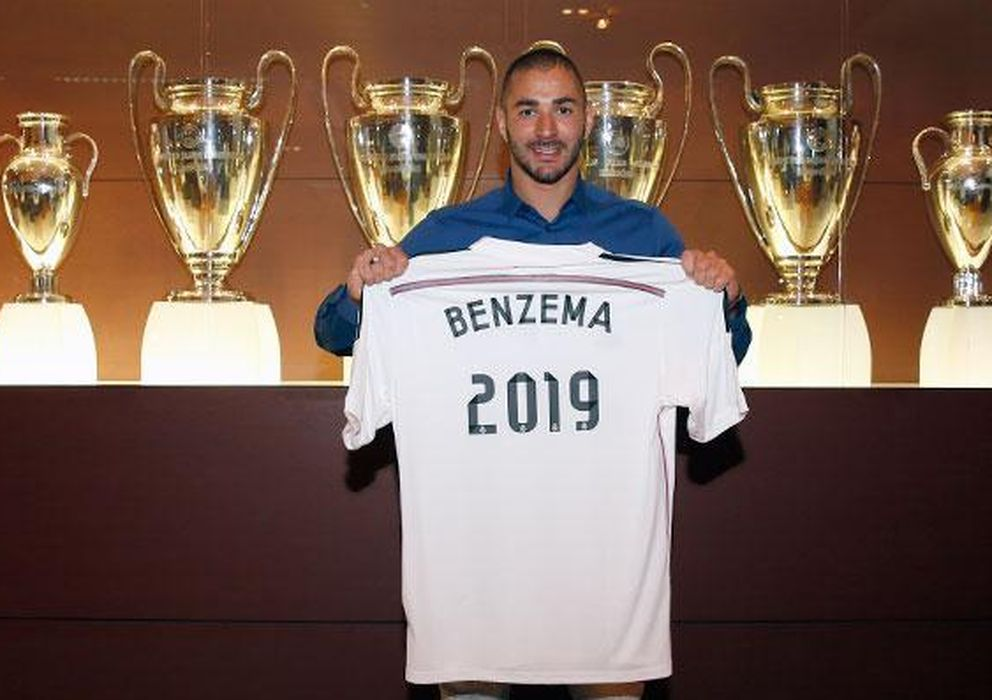 Foto: Benzema posa en la sala de trofeos del Santiago Bernabéu  tras firmar su renovación (Foto: Real Madrid)