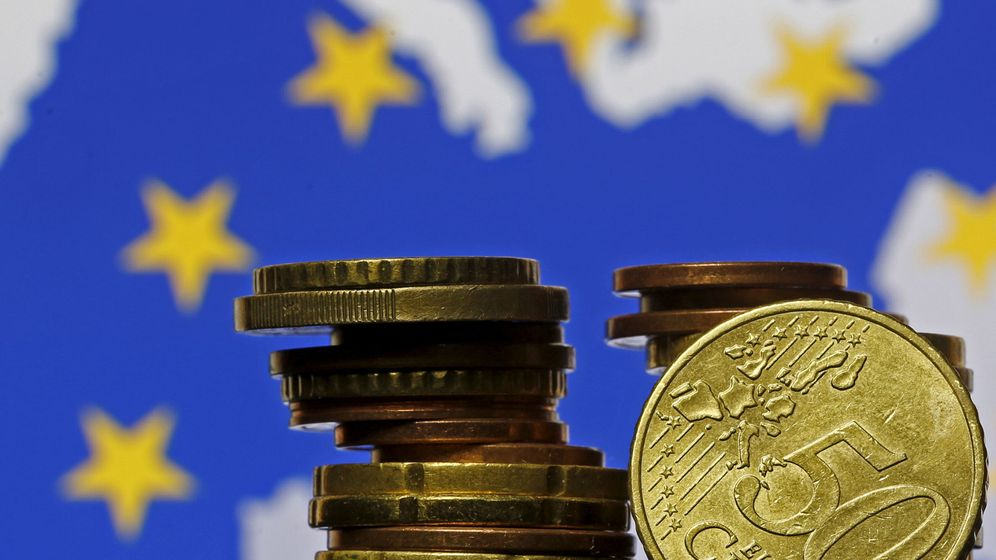 Foto: File photo: euro coins are seen in front of displayed flag and map of european union in this picture illustration taken in zenica