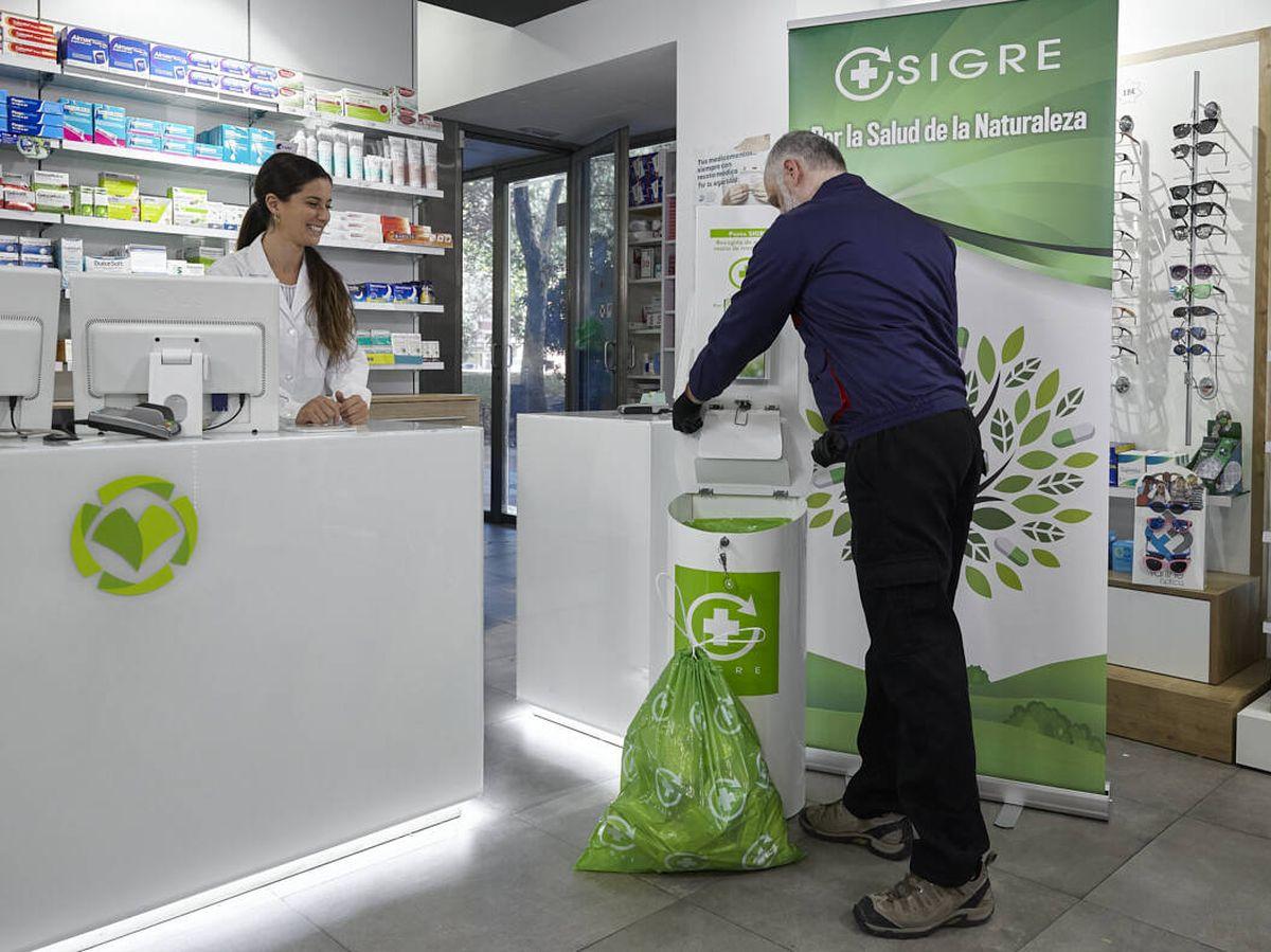 Foto: Recogida de medicamentos en  un punto SIGRE de una farmacia.