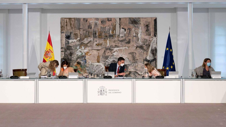 Foto: Pedro Sánchez (c) junto a Carmen Calvo, Nadia Calviño, Yolanda Díaz y Teresa Ribera. (EFE)