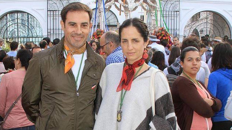 Miguel Báez y la hija de Carolina Herrera en El Rocío. (Gtres)
