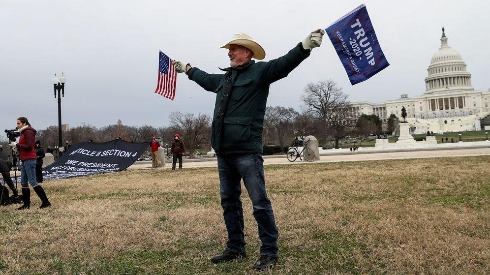 Foto: Un simpatizante de Trump, en las inmediaciones del Capitolio. (Reuters)