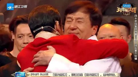 Jackie Chan llora emocionado al reencontrarse con sus dobles de acción en TV