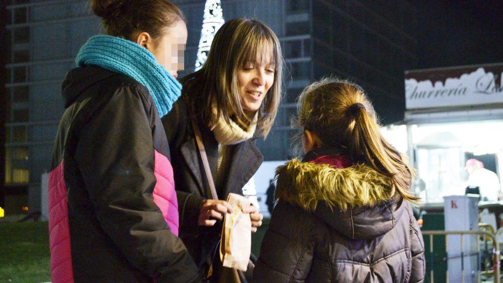 Foto: Pilar con sus dos sobrinas en un mercadillo navideño. (M.Z.)