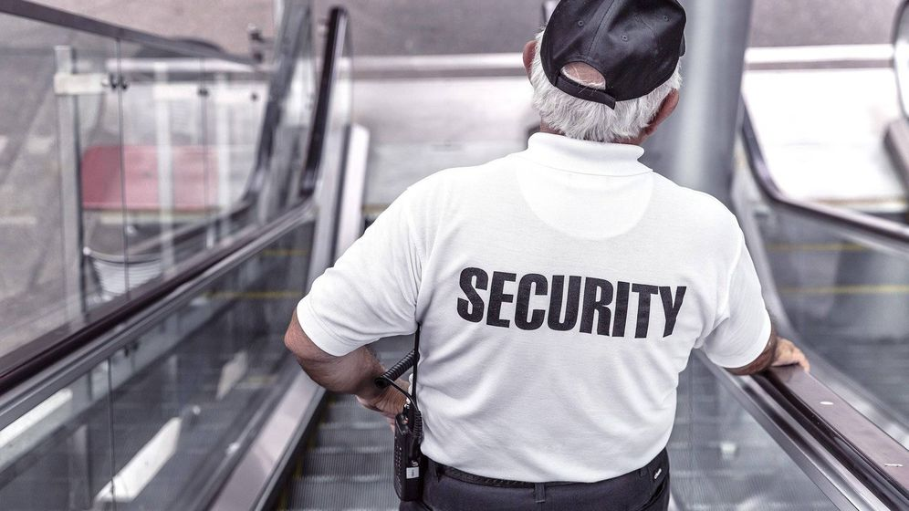 Foto: Guardia de seguridad en un centro comercial. (Pixabay)