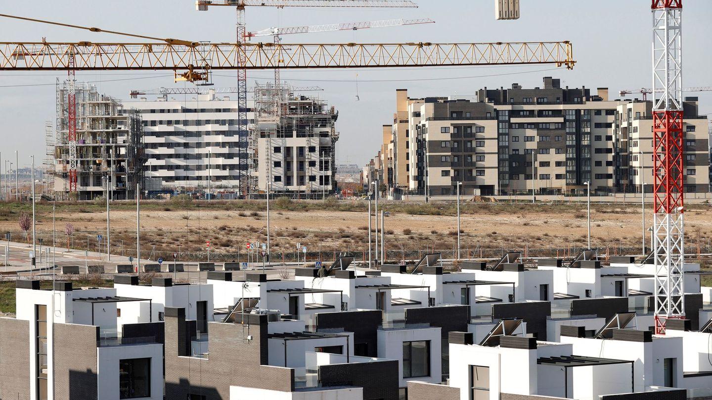 Vista de varios bloques de viviendas en construcción este martes en el El Cañaveral. (EFE)