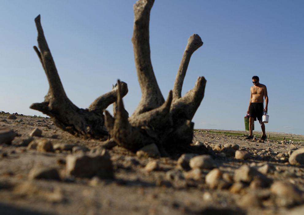 Foto: Un hombre camina sobre el Lago Travis, en Austin, Texas, después de que la sequía lo haya vaciado, en una imagen de 2011. (Reuters)
