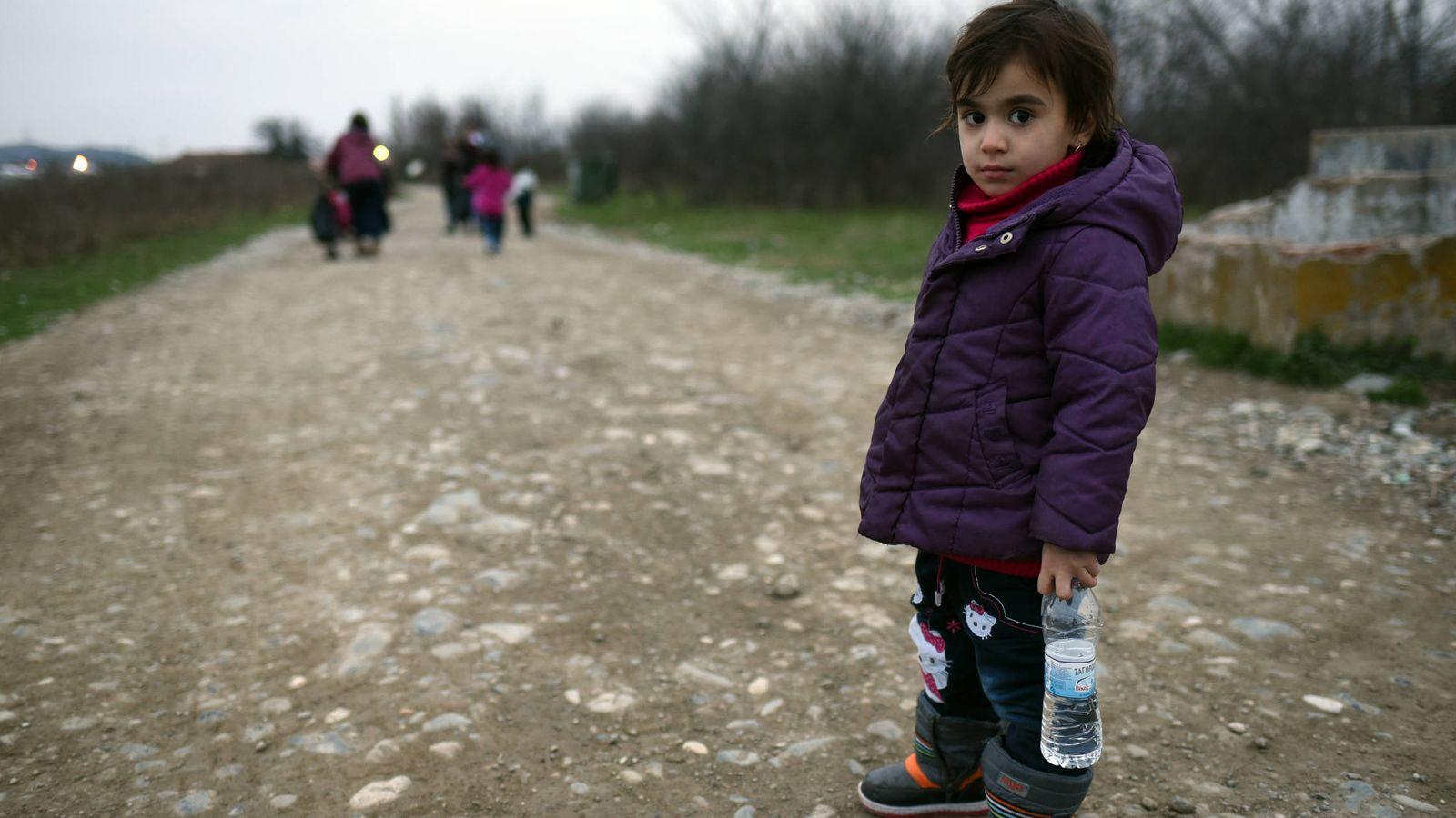 Foto: Una niña caminando cerca de Grecia. (Foto: cedida por Unicef)