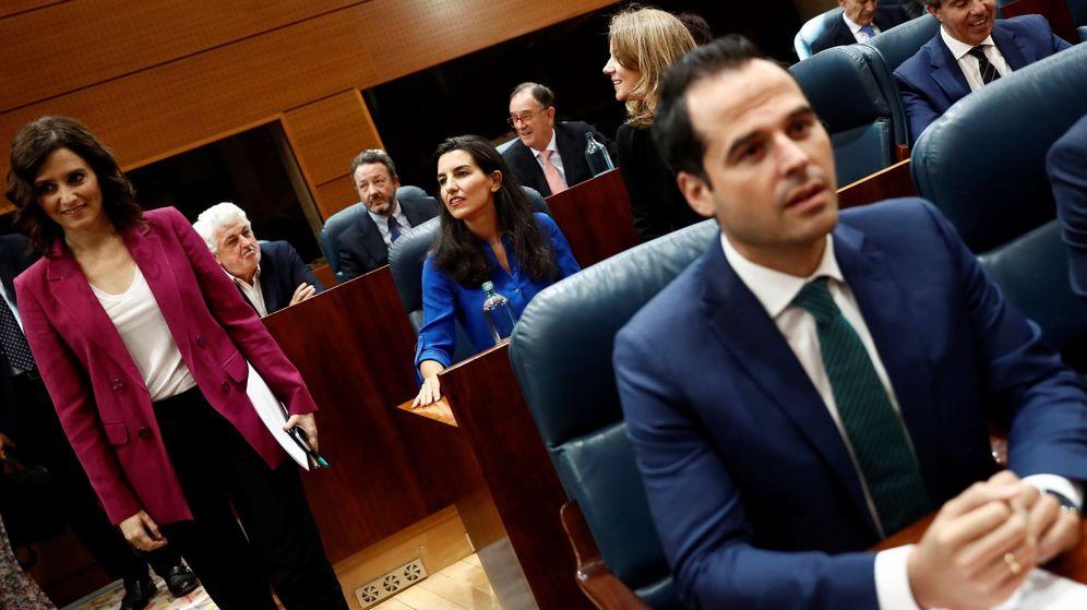 Foto: La portavoz de Vox, Rocío Monasterio (c), la candidata del Partido Popular, Isabel Díaz Ayuso (i), y el portavoz de Ciudadanos, Ignacio Aguado (d). (EFE)